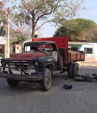 Una persona falleció en el acto en un choque entre una moto y un viejo camión