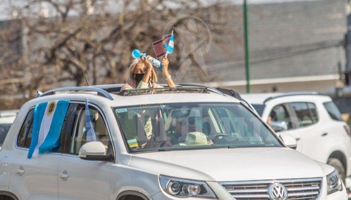 Pese a la prohibición de reuniones en lugares públicos, salteños se sumaron al banderazo nacional contra el Gobierno