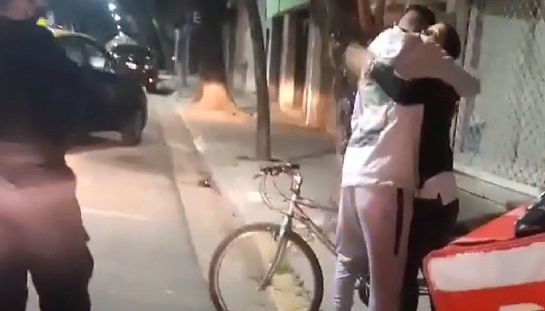 Le regaló su bicicleta a un delivery al que le habían robado