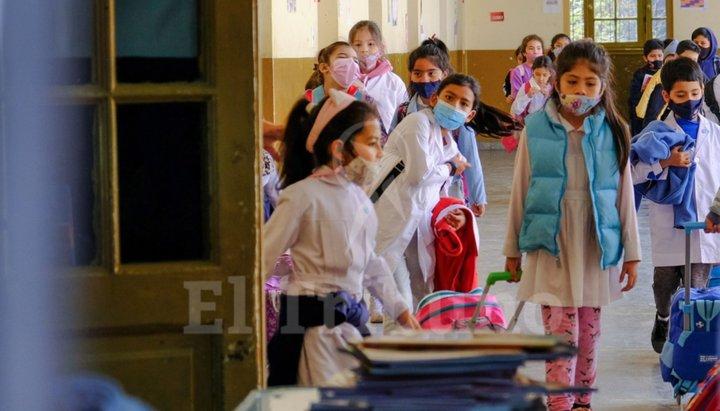 Chicos de escuelas públicas vuelven hoy, sin burbujas