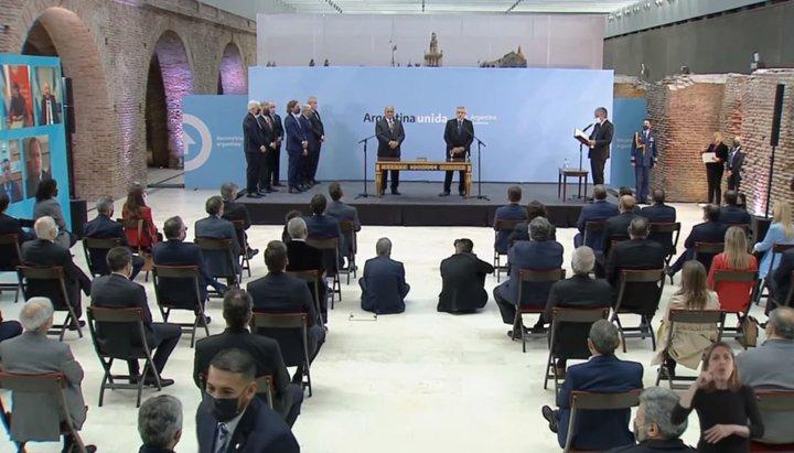 """El Presidente tomó juramento a sus nuevos ministros: """"La solución no está en dividirnos"""""""