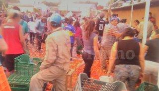 Cayó un camión que transportaba tomates y la gente se abalanzó: hubo incidentes