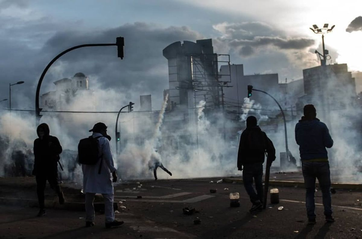 (VIDEO) Manifestantes incendian la Contraloría en violenta protesta en Ecuador