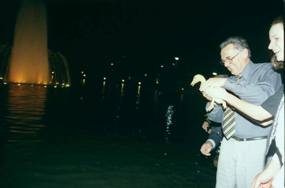 En octubre de 2000 se inauguró un sistema de luces y aguas danzantes en el lago.