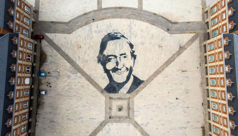 Intentaron quitar el retrato de Néstor Kirchner y dañaron la rambla