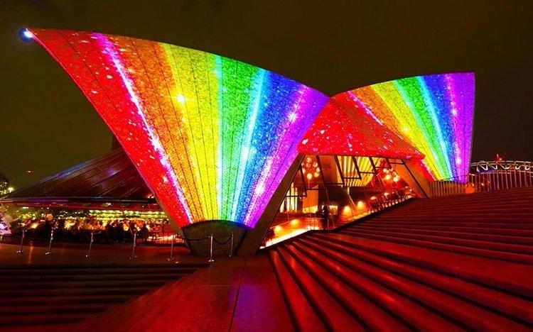 La Ópera de Sídney se iluminó con los colores del arcoíris
