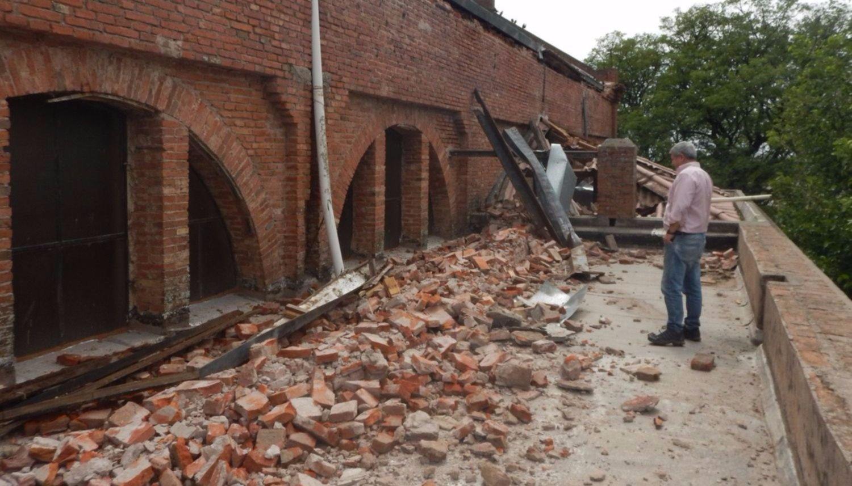 Un fuerte viento hizo volar techos de casas  y dañó el de la iglesia