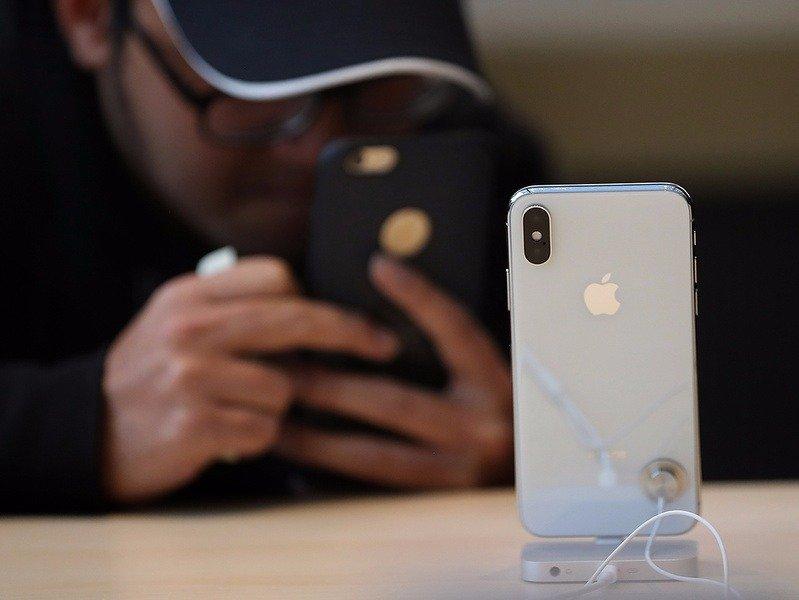 El Gobierno bloqueará los celulares de contrabando