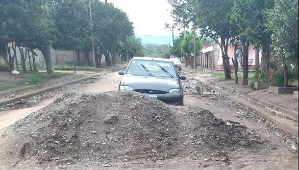 Insólito montículo en una calle del populoso Abdala
