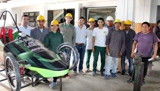 Alumnos compiten con su original diseño de dos autos ecológicos