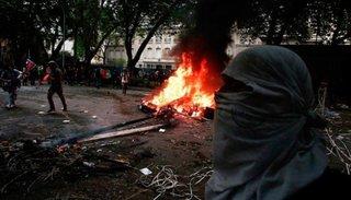 En medio de las protestas, atacaron la residencia del embajador argentino en Chile