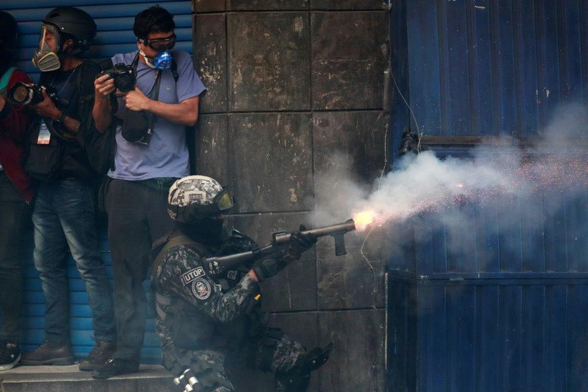 Duros enfrentamientos entre la policía y cocaleros en Cochabamba