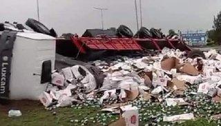 Volcó un camión con latas de cerveza en el acceso a Orán