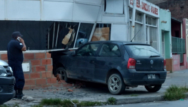 c3c3604bcfe4e Un auto se incrustó adentro de un local en el cruce entre Gorriti y Alte.