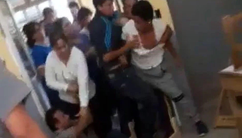 Un alumno le pegó a su profesor porque lo desaprobó
