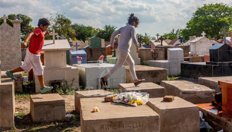 Asentados en el cementerio viven entre los muertos