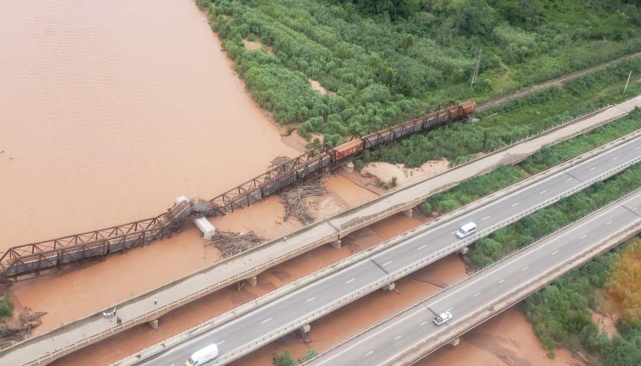 Cayó un puente ferroviario mientras pasaba el tren de carga