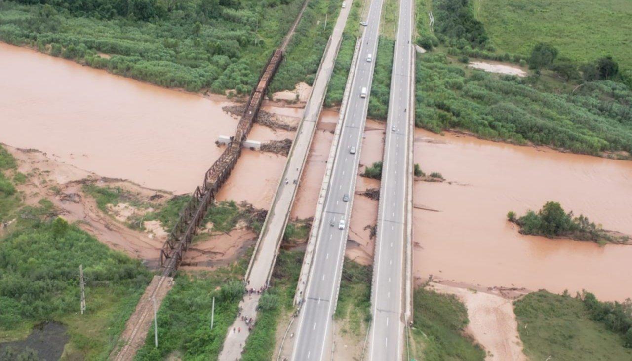 Un puente cayó en Salta justo cuando pasaba el tren — Impactantes imágenes