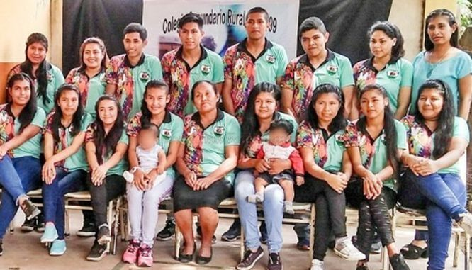 Orgullo: una mujer guaraní de 54 años terminó el secundario junto a su hija