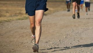 """Ganó tres medallas de oro, corriendo con """"zapatillas"""" hechas con vendajes"""