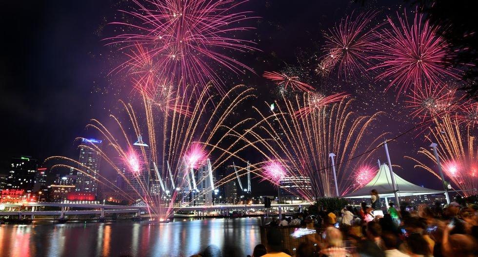 Los fuegos artificiales iluminan el puerto de Sydney. (EFE / EPA / DAN PELEÓ).